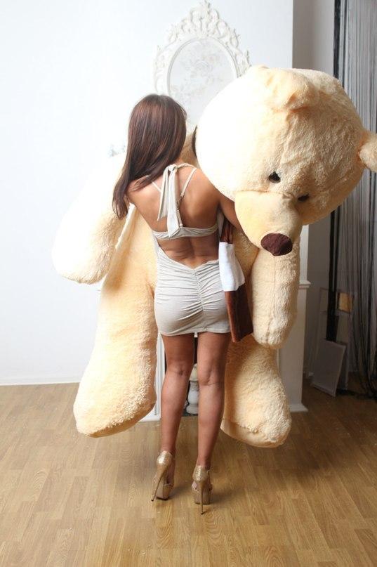Девушка мастурбирует большими игрушками